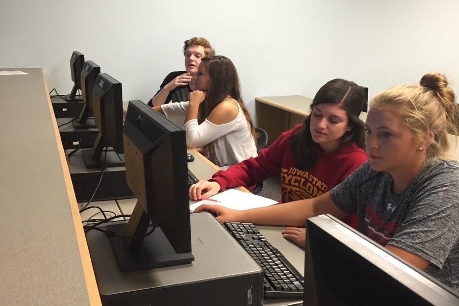 Zach Smithson, Juliet Jackman, Ashley Abuelhawa, and Katelyn Duda in English 101, high school based Dual Enrollment class, explore FCC's virtual library.