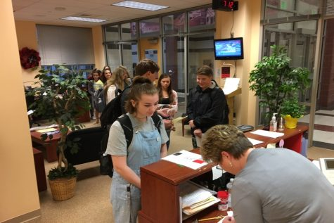 Rite of passage–Upperclassmen line up to buy parking permits: Photo of the Day 9/7/17