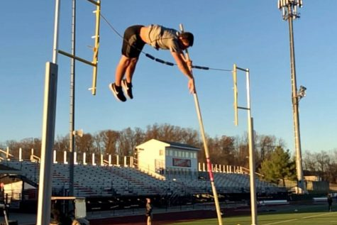 Holsinger earns first in pole vault at county meet