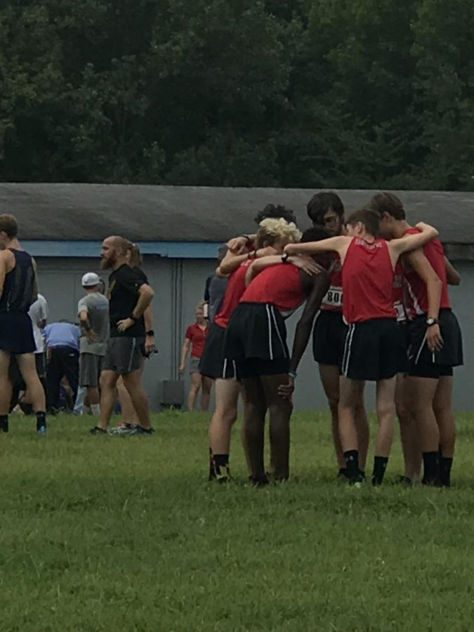 Micheal+Belmaggio%2C+Ben+Dill%2C+Carson+Buck%2C+Jack+Sears%2C+Will+Cioffi+and+Bryce+Witmer+huddle+together+before+race+at+Seahawk+Invitational.