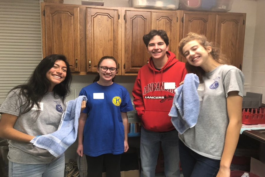 Key Cub members Caroline Etherton, Jacob Blue,  Colleen Avila, and Emily Watson help wash dishes.