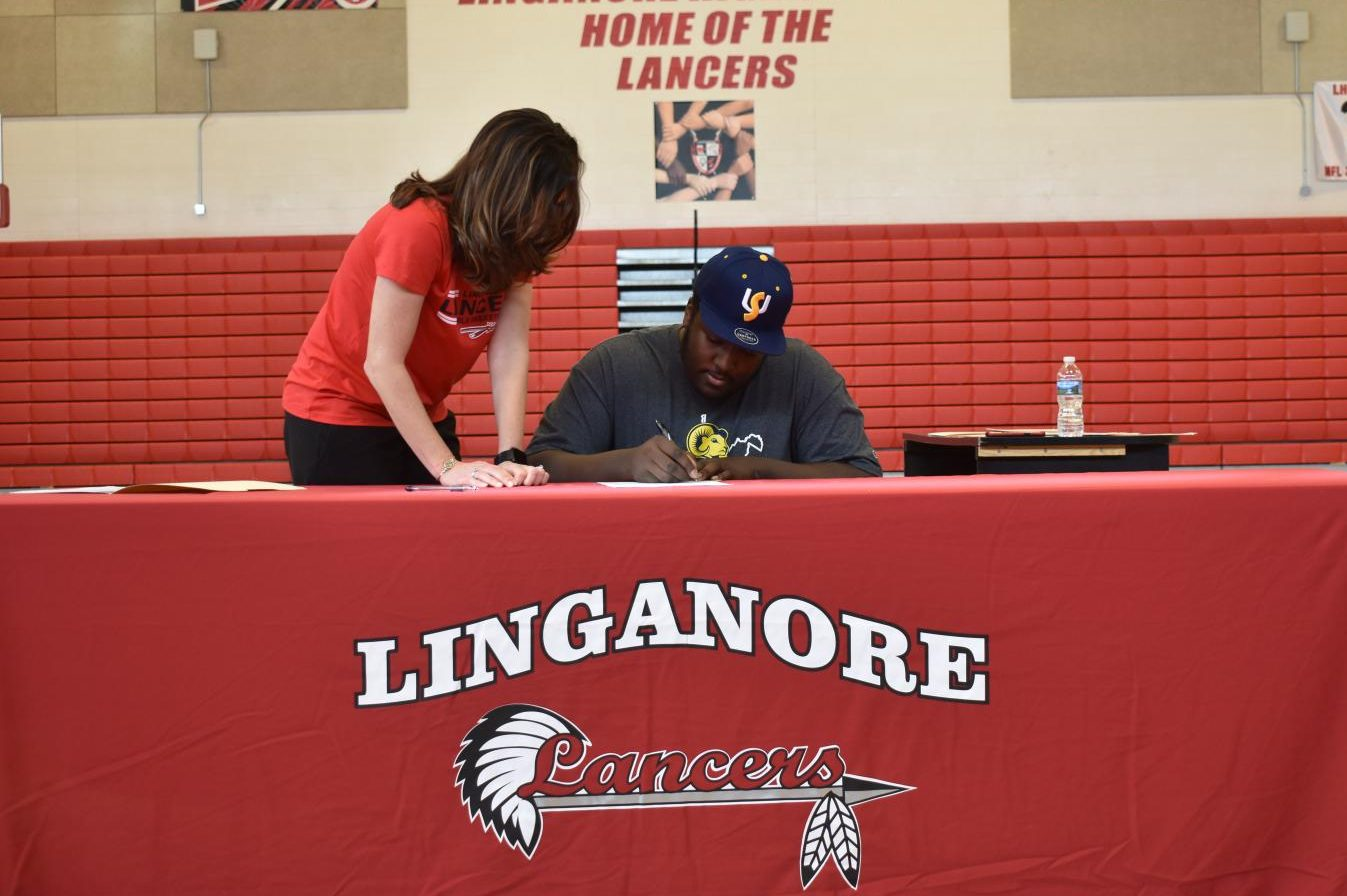 Tre Brisoe signs his National Letter of Intent