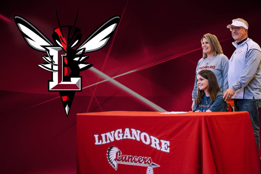 Payton+and+her+parents+celebrate+her+committment+to+Lynchburg+University.+